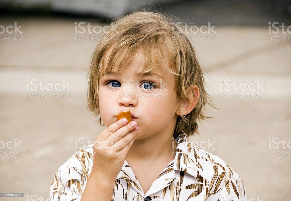 Ojos azules y un perrito caliente foto de stock libre de derechos