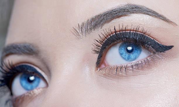blaue augen wegsehen - blaues augen make up stock-fotos und bilder
