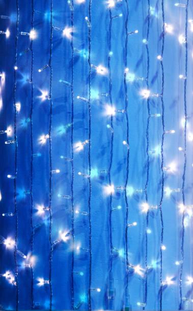 blaue lichterketten als einen abstrakten hintergrund - lichtschlauch stock-fotos und bilder