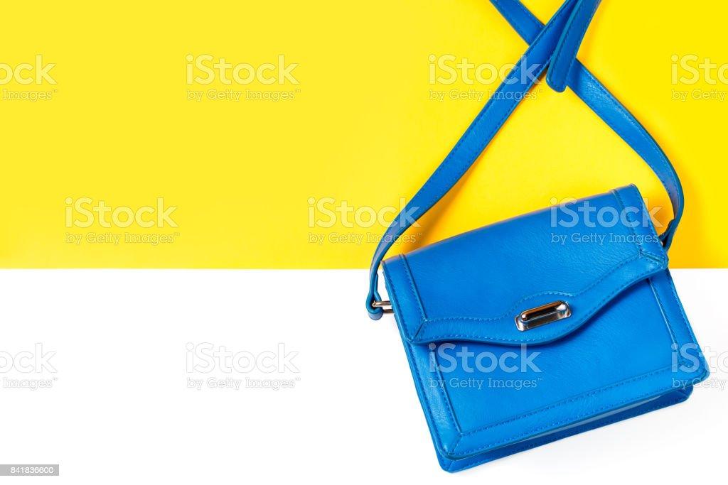 ddba2b9243 Bleu fashion femme femmes sac à main sac à main sur fond coloré photo libre  de
