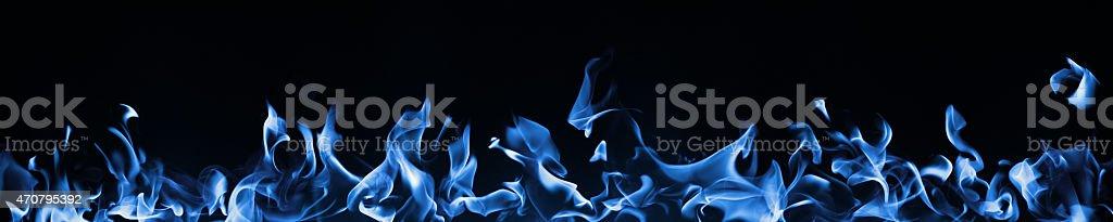 Blaues Feuer isoliert auf Schwarz.   Gas Energie. – Foto