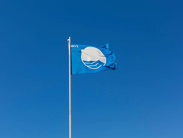 Blaue Flagge am Meer