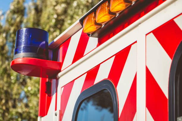 feu bleu clignotant sur une ambulance rouge - Photo