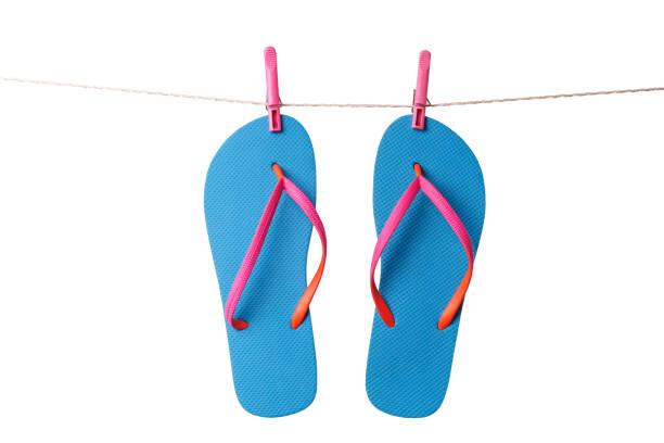 blaue flip-flops, hängen, wäscheleine, die isoliert auf einem weißen hintergrund. urlaub-konzept - horizontal gestreiften vorhängen stock-fotos und bilder