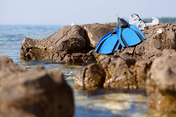 blaue flossen und tauchen maske auf das meer - cro maske stock-fotos und bilder
