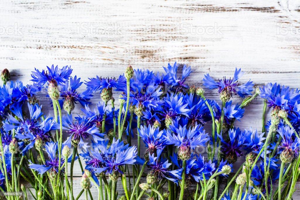 Blue flowers, summer wildflowers on wooden background, overhead foto de stock royalty-free