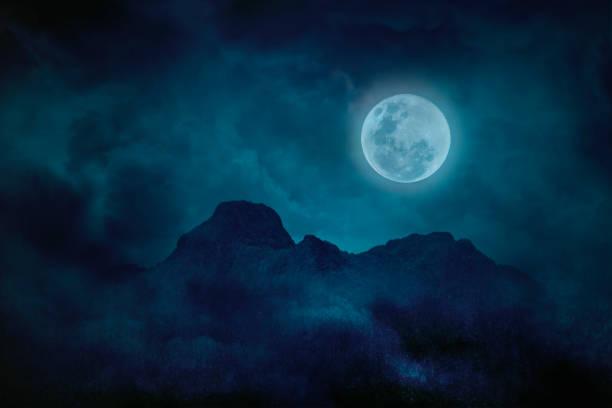 karanlıkta dağlar ve ormanlar ile mavi dolunay, doğal korkutucu arka plan - mountain top stok fotoğraflar ve resimler