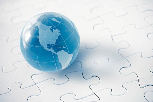 Blaues Glas Globus mit puzzle Hintergrund – Foto