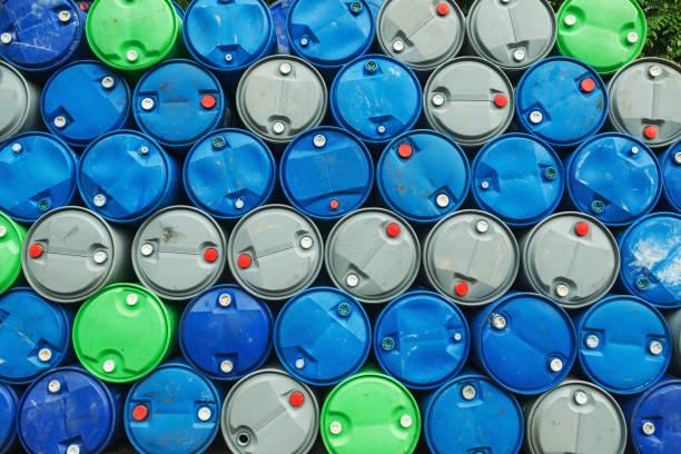 blau, grau und grün Ölfässer auf einem Haufen, Chemiefabrik, Kunststofffässer Lagerung, – Foto