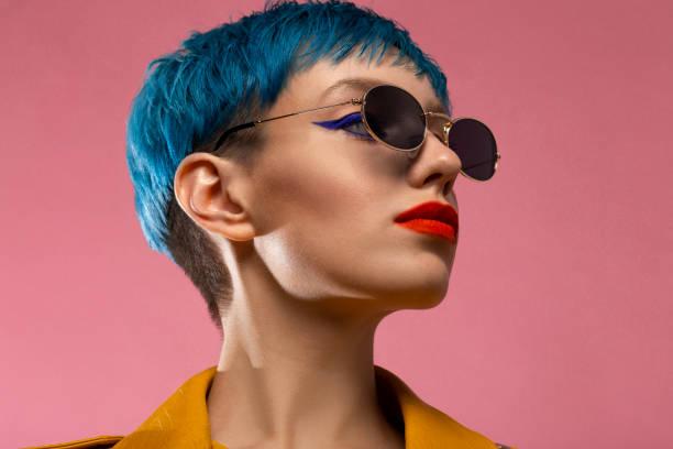 戴黃色夾克的戴墨鏡的藍頭髮女孩 - 短毛 個照片及圖片檔