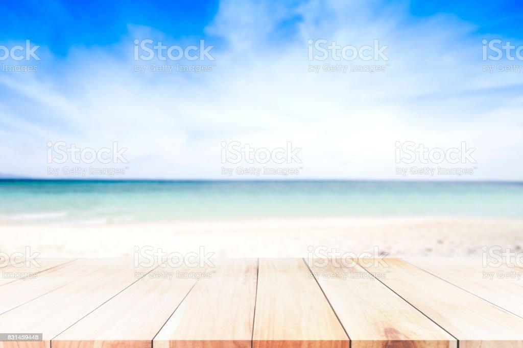 Blauer Hut über dem blauen Turm auf dem Strand, Sand, Meer und blauen Himmelshintergrund. – Foto