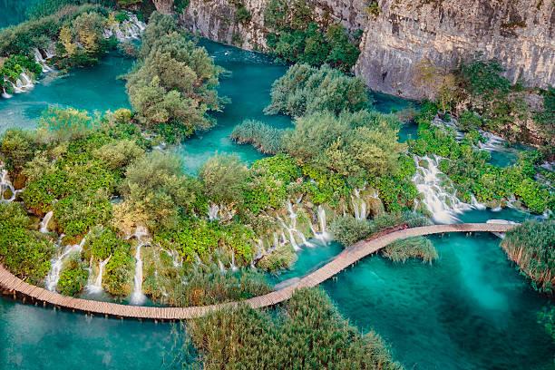 blauer himmel - nationalpark plitvicer seen stock-fotos und bilder