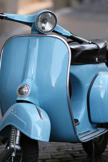 scooter vintage azul de italia en roma, italia - vintage vespa fotografías e imágenes de stock