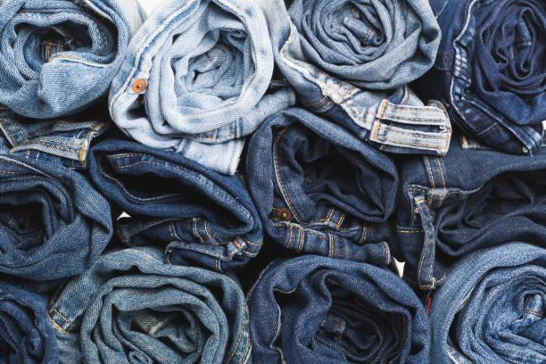 藍色牛仔褲背景。藍色粗斜紋棉布牛仔褲紋理。牛仔褲背景。藍色撕裂牛仔牛仔褲紋理. 經典的自然色調牛仔褲. 牛仔牛仔褲紋理背景與磨損的洞, 黑色織物格格背景 - 牛仔褲 個照片及圖片檔