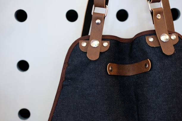 Blue Jeans Denim & braune Lederschürze – Foto