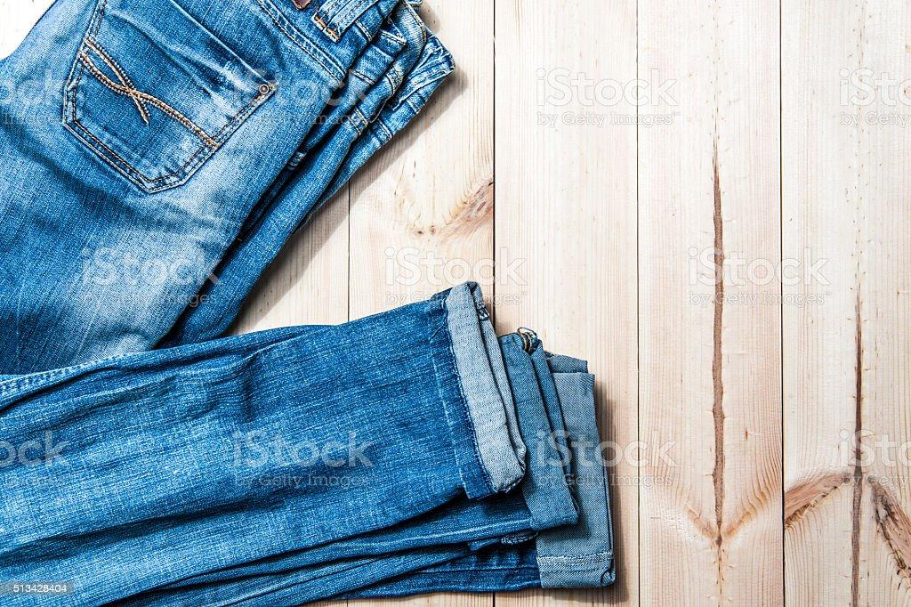 Blau Jeans auf ein hölzerner Hintergrund. – Foto