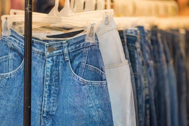 blaue Jeans shop – Foto