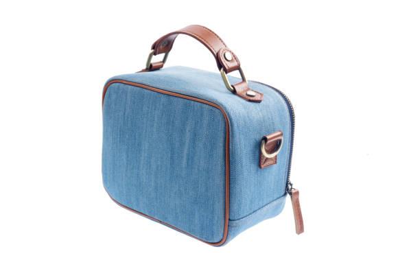 blaue jeans frauen tasche isoliert auf weißem hintergrund - handtasche jeans stock-fotos und bilder