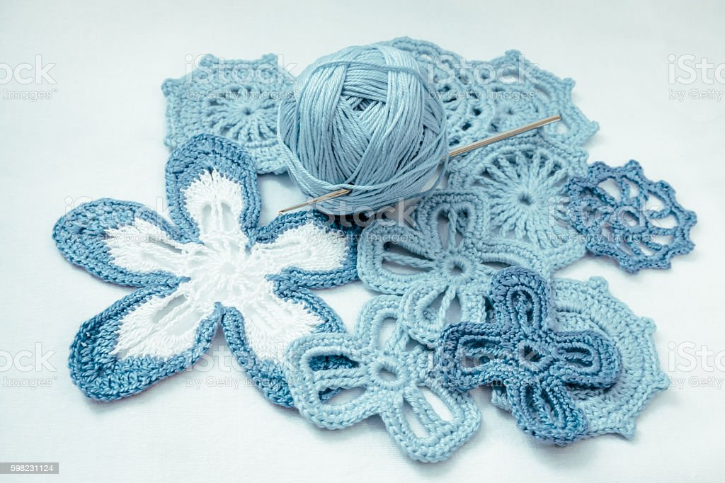 Blue knitted flowers foto royalty-free