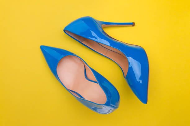 blau lackierten schuhe mit hohen absätzen - schuhe mit absatz stock-fotos und bilder