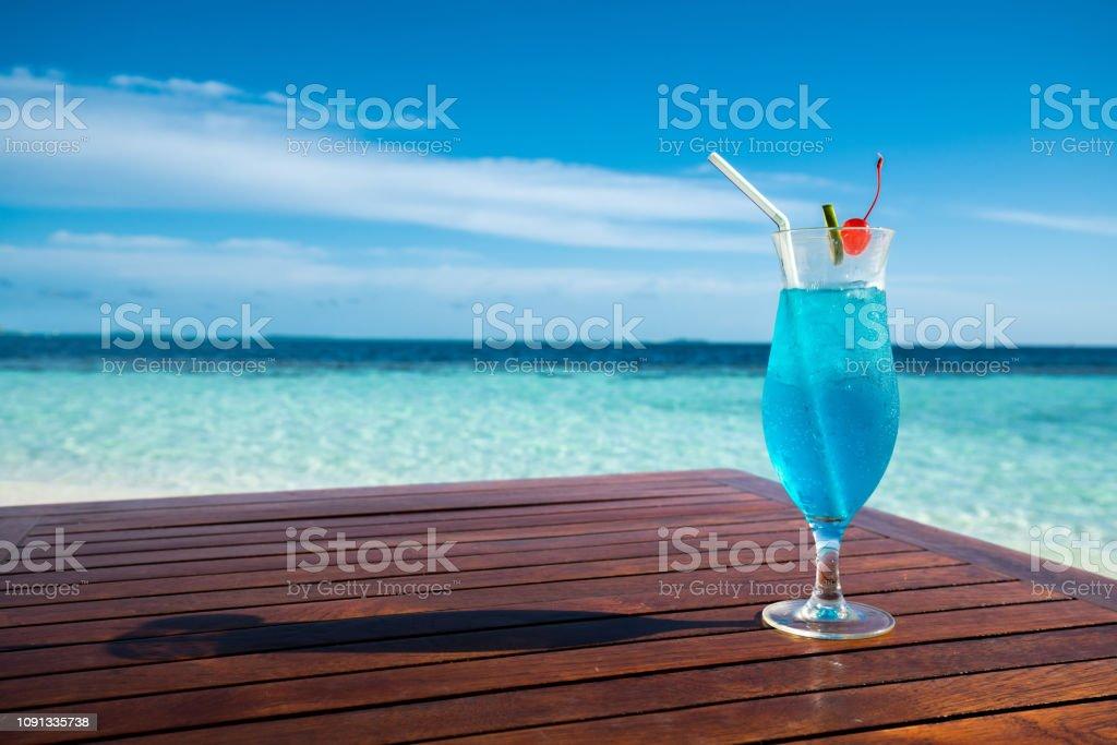 Blaue Lagune cocktail auf Tisch und schönes Meer Hintergrund – Foto