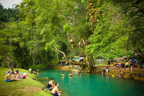 blue lagoon in vang vieng - vang vieng stock-fotos und bilder