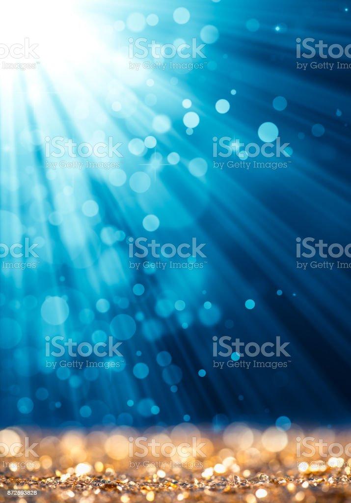 Blaue Lichtstrahl auf Gold unscharf gestellt funkelt – Foto