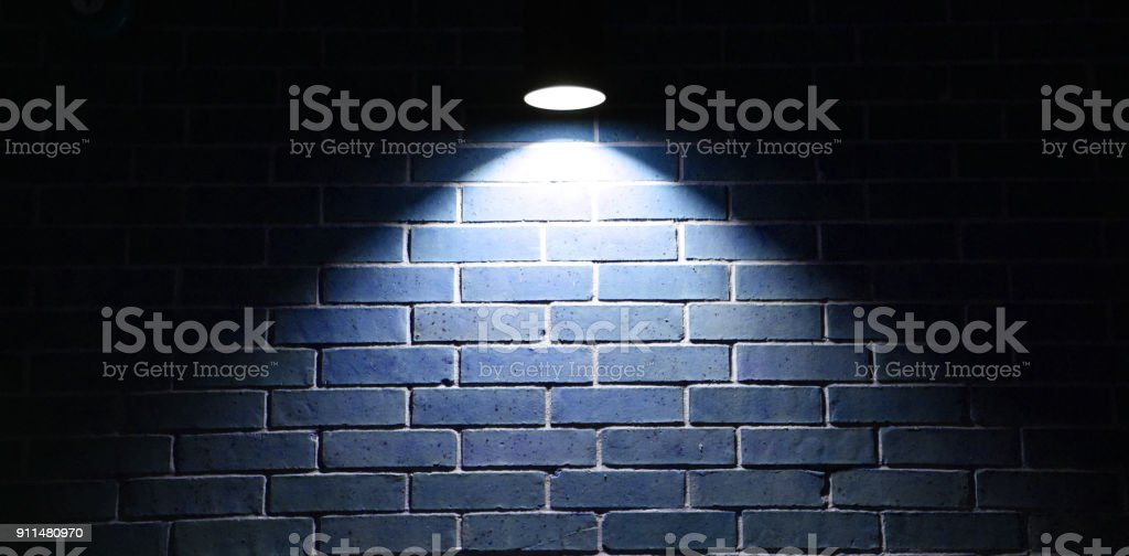 Lumière bleue qui brille sur le mur de briques - Photo