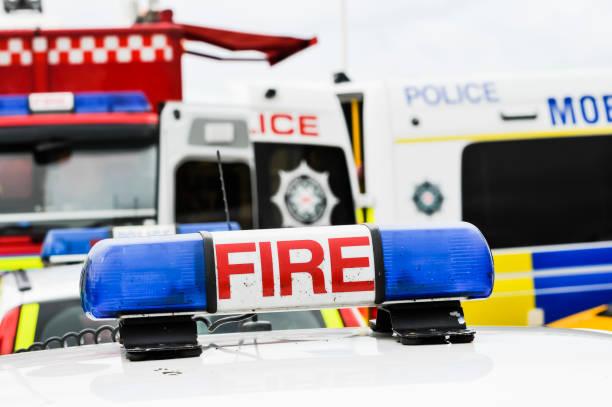 Blaulicht auf einem Feuerwehrfahrzeug in einer Notfallsituation – Foto