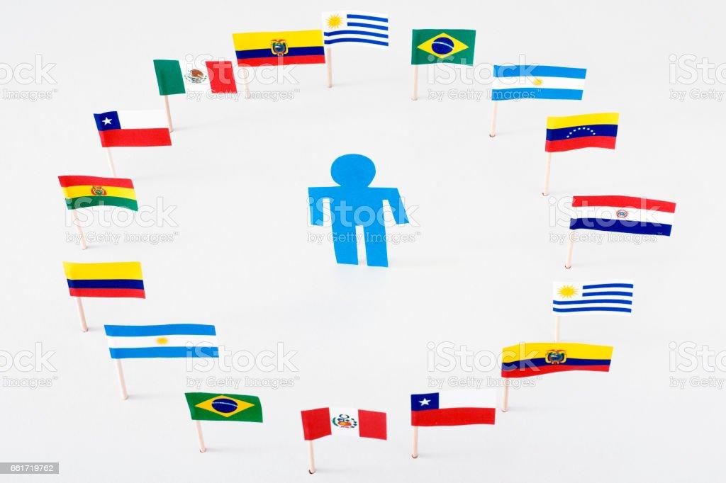 Hombre azul en el círculo de banderas de América Latina - foto de stock