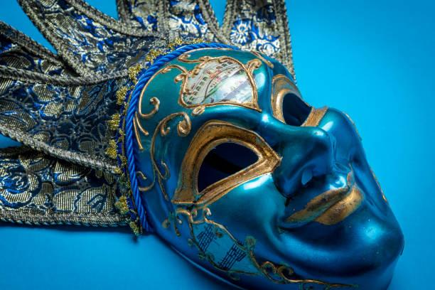 Azul máscara de bufón de Mardi Gras o Carnaval sobre fondo azul - foto de stock