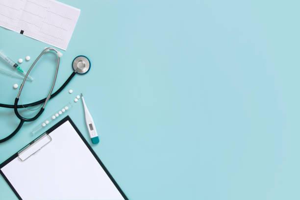 blå medicinsk bakgrund med urklipp och stetoskop - stetoskop bildbanksfoton och bilder