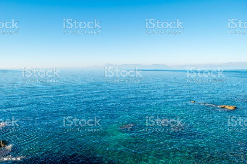 Blauwe Middellandse Zee op een zonnige dag aan de zuidelijke kust van het Italiaanse foto