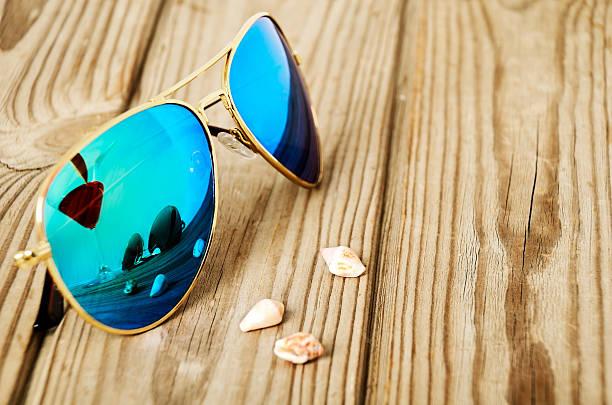 Blaue verspiegelte Sonnenbrille wiht reflektieren martini-Glas auf – Foto