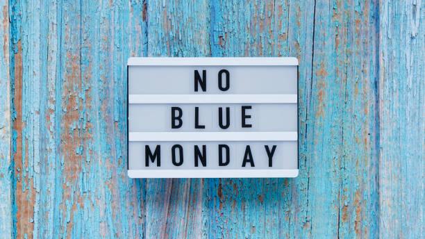 concetto di banner blu del lunedì. lavagna bianca con testo senza lunedì blu su sfondo in legno blu, vista dall'alto, laici piatti. - blue monday foto e immagini stock