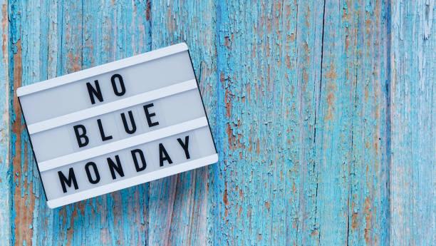 concetto di banner blu del lunedì. lavagna bianca con testo senza lunedì blu su sfondo in legno blu, vista dall'alto, laici piatti. copiare lo spazio. - blue monday foto e immagini stock
