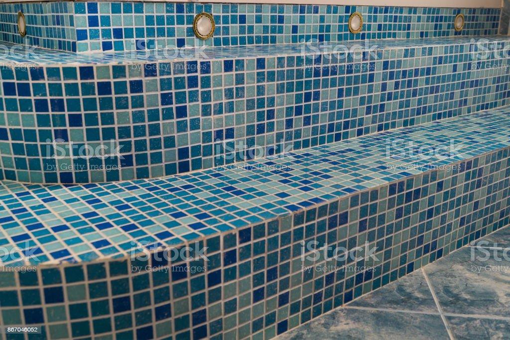 Photo Libre De Droit De Carreaux De Mosaique Bleue Sur Les Marches Dans La Salle De Bain Banque D Images Et Plus D Images Libres De Droit De Abstrait Istock