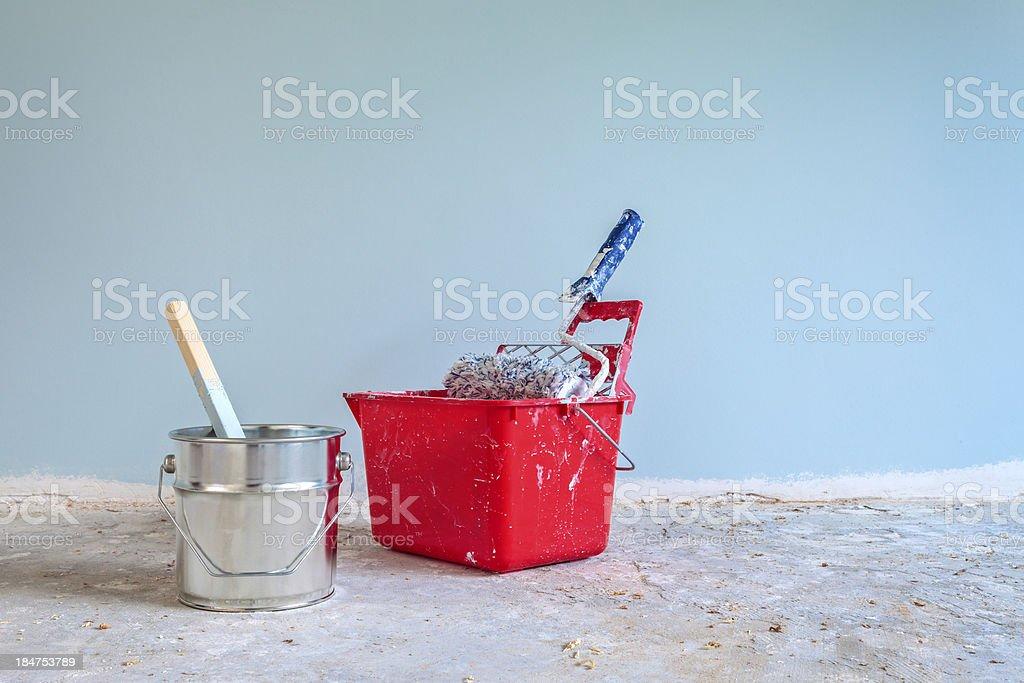Pintura de parede azul pintado com ferramentas na frente - foto de acervo