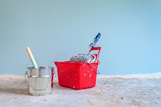 blue bemalte wand mit malerei-tools auf der vorderseite - hellblaues zimmer stock-fotos und bilder