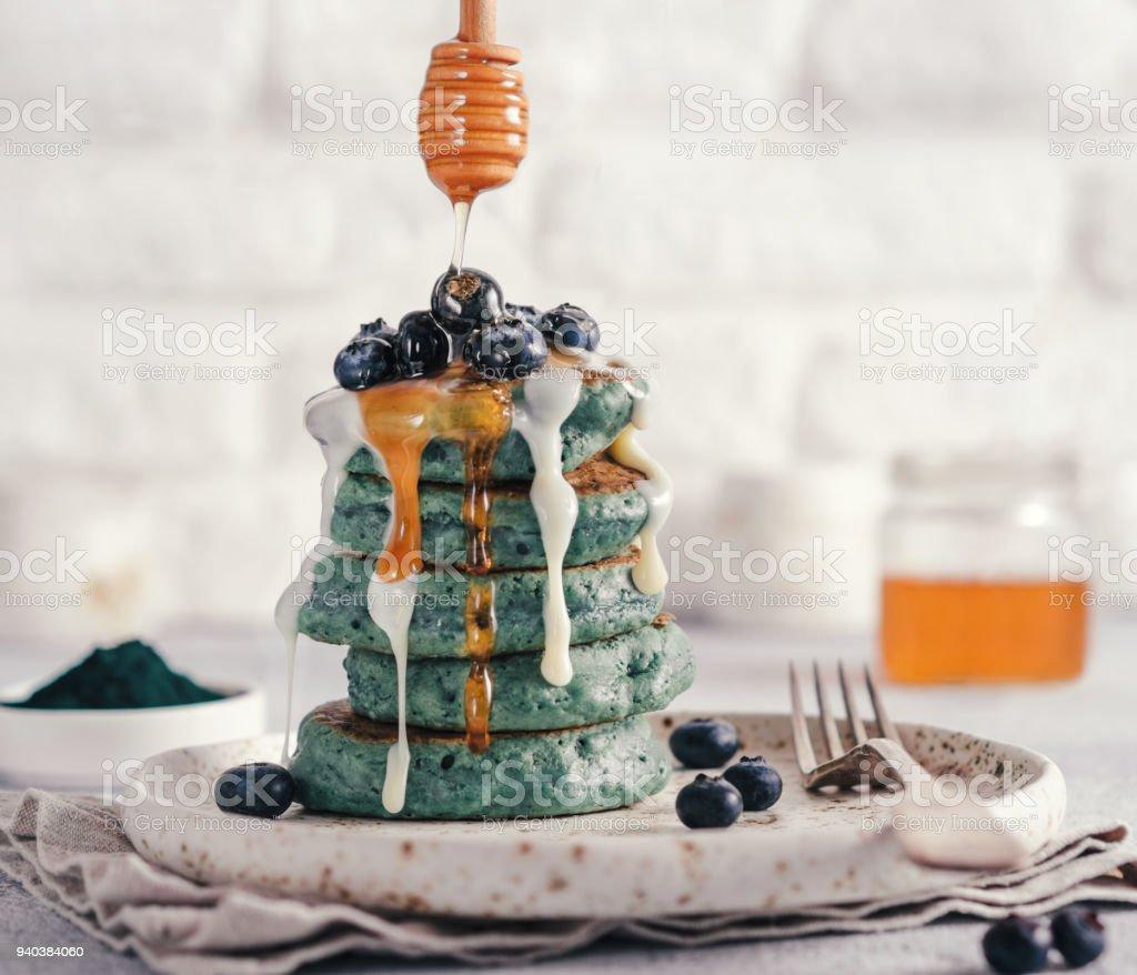 Panquecas de azuis com spirulina - foto de acervo