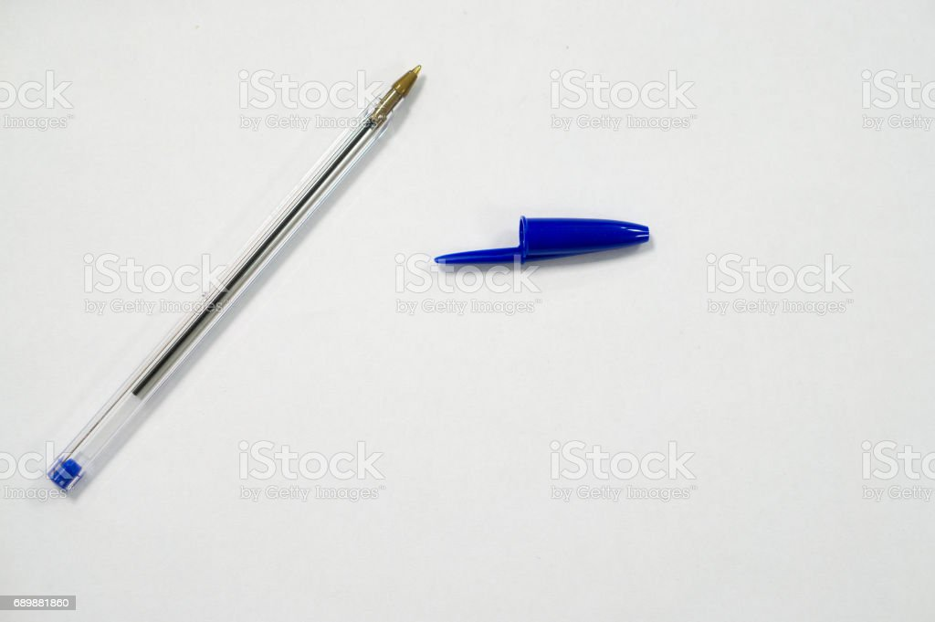 pluma azul sobre fondo blanco - foto de stock