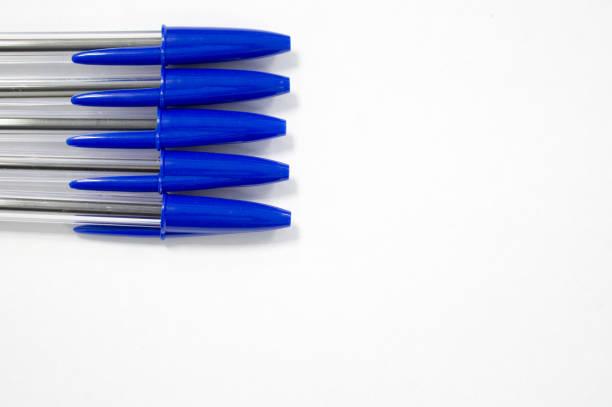 blauen stift auf weißem hintergrund - bic kugelschreiber stock-fotos und bilder
