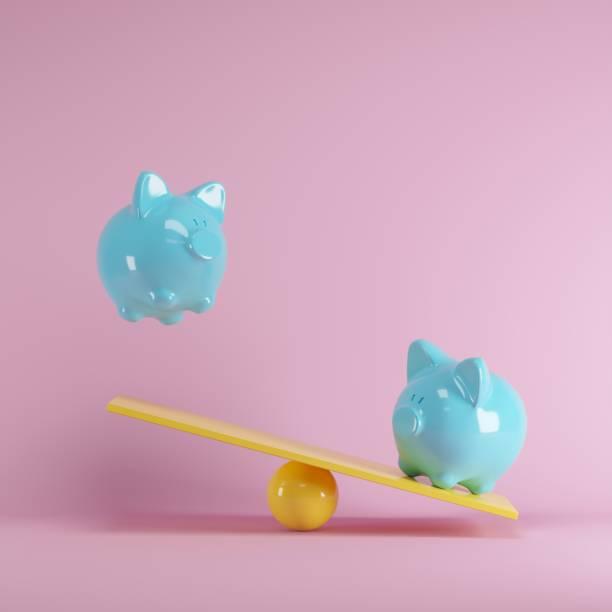 Blaue Piggys Bank spielt mit gelben Wippe auf rosa Hintergrund. minimale Idee lustig Konzept. – Foto