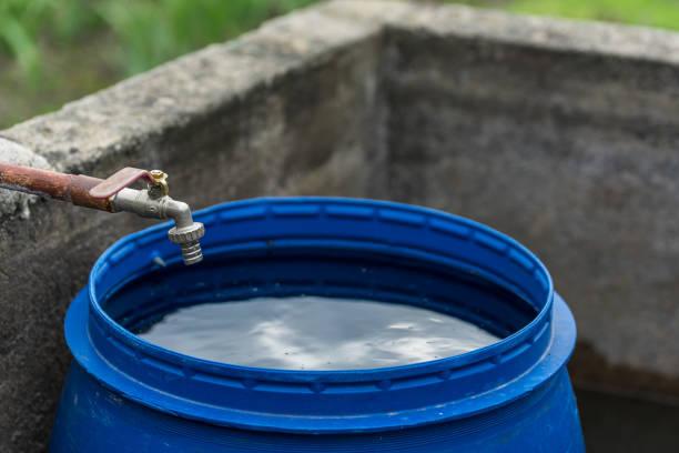 파란색 플라스틱 물 배럴 - 통 용기 뉴스 사진 이미지