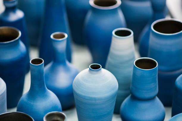 cerâmica azul funciona em okinawa - cerâmica artesanato - fotografias e filmes do acervo