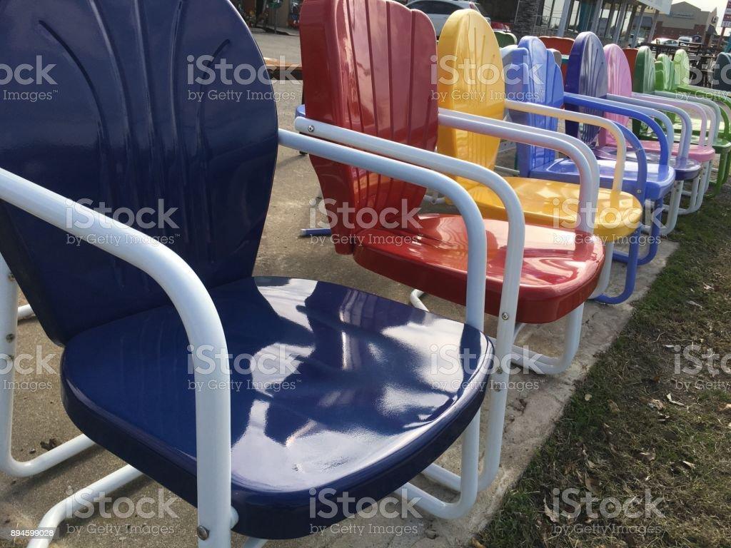 Blau Rot Gelb Retro Stuhl Im Vordergrund Bunte Terrasse Stuhle Stockfoto Und Mehr Bilder Von Altertumlich Istock