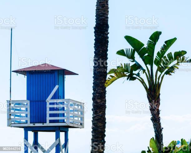 Foto de Cabana De Resgate Azul Em Uma Praia Arenosa Segura Relaxar Pelo Oceano Um Belo Dia De Sol e mais fotos de stock de Areia