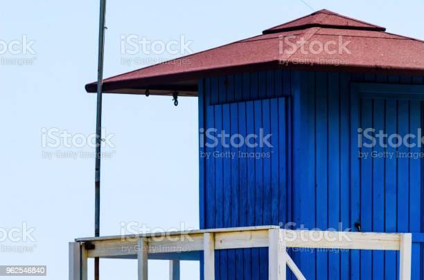 Foto de Cabana De Resgate Azul Em Uma Praia Arenosa Segura Relaxar À Beiramar e mais fotos de stock de Areia
