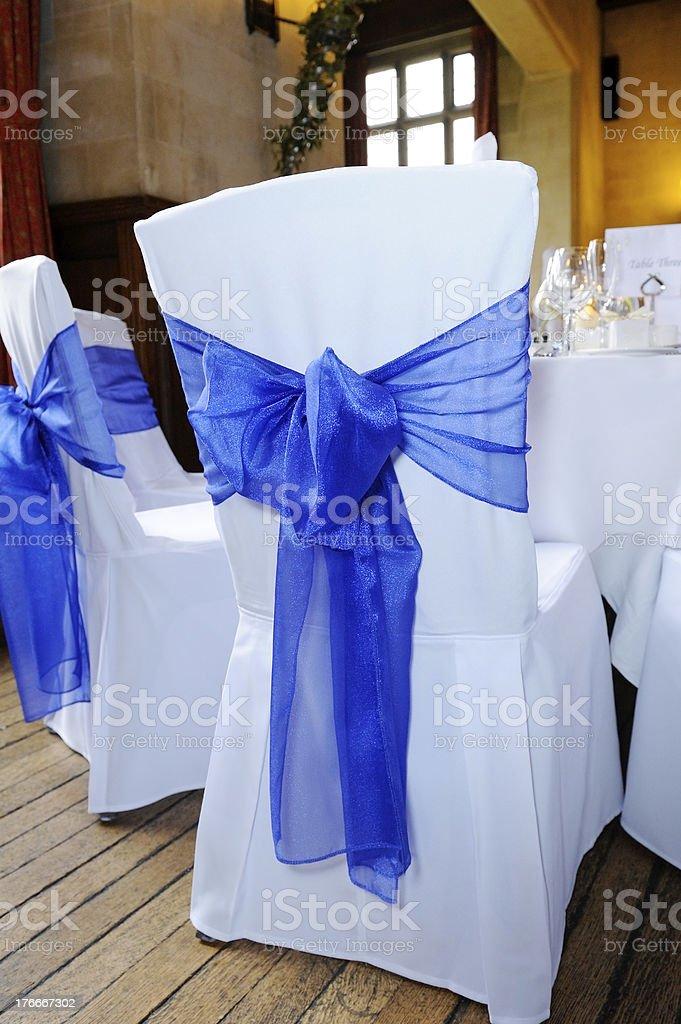 Blue ribbon silla cubierta foto de stock libre de derechos