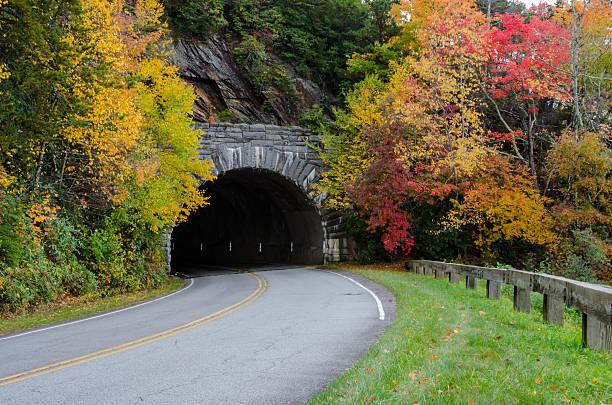 Blue Ridge parkway túnel en otoño - foto de stock
